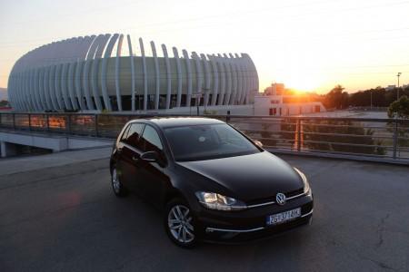 Volkswagen Golf 1.6 TDI DSG (2017) Sound – Novi model – Navigacija – Aktivni tempomat – Parkirni senzori 360 ° – Park Assist – Grijanje sjedala –